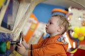 Dítě a zábavní auto — Stock fotografie