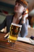 Mujer con vaso de cerveza — Foto de Stock
