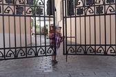 Chłopiec zamyka drzwi — Zdjęcie stockowe