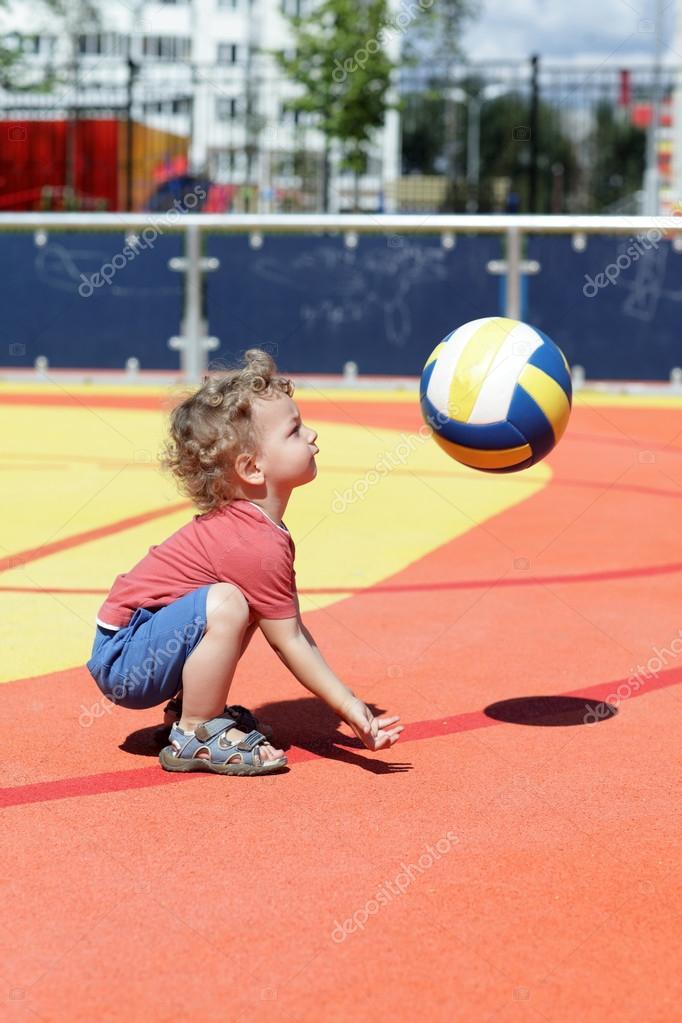 Ребёнок играет с мячом фото