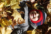 Child is lying on leaves — 图库照片