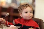 Мальчик имеет мороженого — Стоковое фото