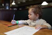 El niño dibuja — Foto de Stock