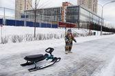 Bambino con scooter di neve — Foto Stock
