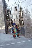 Ребенок рядом с Бизнес центр — Стоковое фото