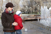 Family near the fountain — Foto Stock
