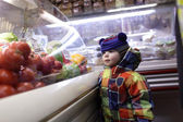 Child at grocery store — Stock Photo