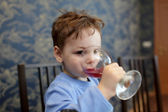 Child drinks juice — Stock Photo
