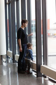 Family looking at airplane — Foto Stock