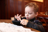 Child playing on the smartphone — Foto Stock