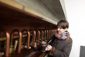 Woman pouring beer — Stockfoto