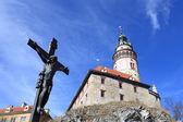 Vue du crucifix près de cesky krumlov castle — Photo