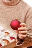 Palla di natale nelle mani — Foto Stock