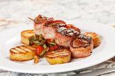 Gegrild vlees met groenten — Stockfoto