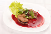 Steak met cranberry saus — Stockfoto
