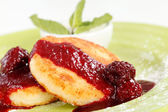 Cheese pancakes with sour cream and jam — Stock Photo