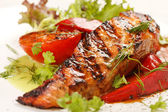 Salmon steak with vegetables — 图库照片