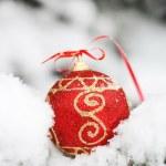 boule rouge sur la neige — Photo