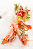 Krewetki z sałatką — Zdjęcie stockowe