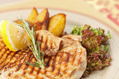 Chicken with roasted potatoes — Stock Photo