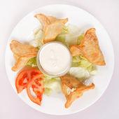 Samosa con salsasamosa met saus — Foto de Stock