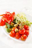 свежие овощи на пластине — Стоковое фото