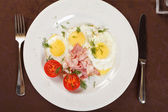 Fried eggs with bacon and vegetables — Stock Photo