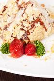 Blätterteig mit erdbeere — Stockfoto