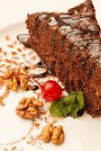 Pastel de chocolate con cereza — Foto de Stock