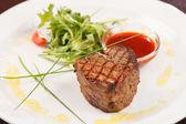 Bistecca alla griglia con salsa — Foto Stock