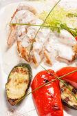 Grilovaná kuřecí řízek se zeleninou — Stock fotografie