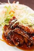 Grilovaná žebra se salátem — Stock fotografie