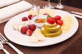 奶酪和开胃菜水果 — 图库照片