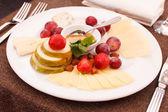 Sýry a ovoce pro předkrmy — Stock fotografie