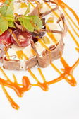 Rolo de sushi de tiramisu guarnecido com uvas e hortelã — Foto Stock