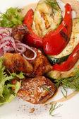 Vlees met gegrilde groenten — Stockfoto