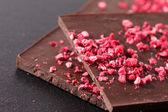 Tmavé čokolády s malinami — Stock fotografie