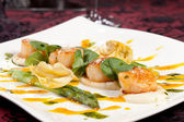 Baked scallops with asparagus — Stock Photo