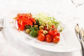 Verduras frescas en el plato — Foto de Stock