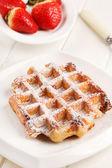 Waffles belgas com morangos frescos — Foto Stock
