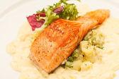Stek z łososia z warzywami — Zdjęcie stockowe
