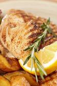 Pollo con patatas asadas — Foto de Stock