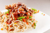 Noodle met rundvlees en groenten — Stockfoto