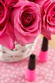 Pink roses and nail polish — ストック写真