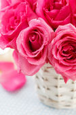 Pink roses in the basket — Stock fotografie