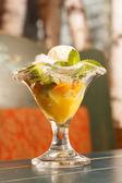 Glass med frukter — Stockfoto