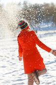 Glad kvinna i vinterparken — Stockfoto