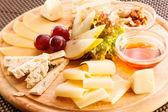 Prato de queijo com uvas — Foto Stock