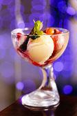 Roomijs met fruit — Stockfoto