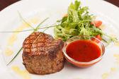 Stek z grilla z sosem — Zdjęcie stockowe